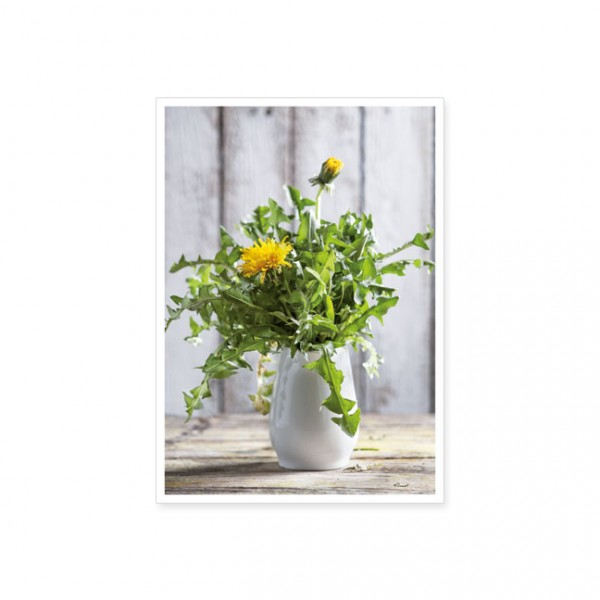 """Postkarte """"Löwenzahn in einer weißen Vase"""""""